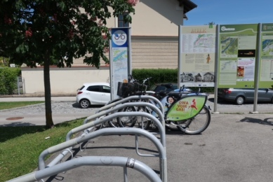 Image of bike rack in front of the Melk train station.